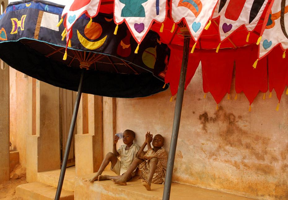 kinder_unter_zeremonienschirm_ouidah.jpg